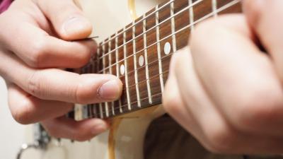 ハイテクギターの代名詞 スキッピング+タッピングの混合技